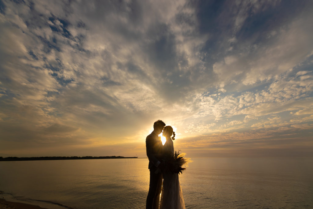 白ドレス、海、夕日、の前撮りフォト