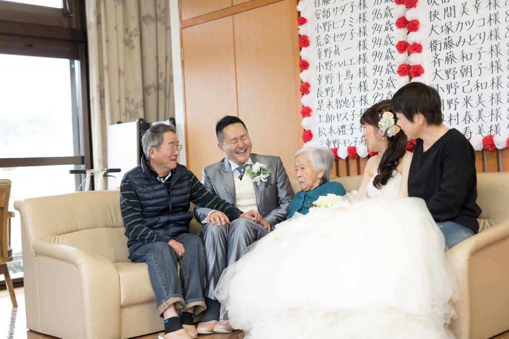 白ドレス、家族、祖父母と、集合写真、オフショット、の前撮りフォト