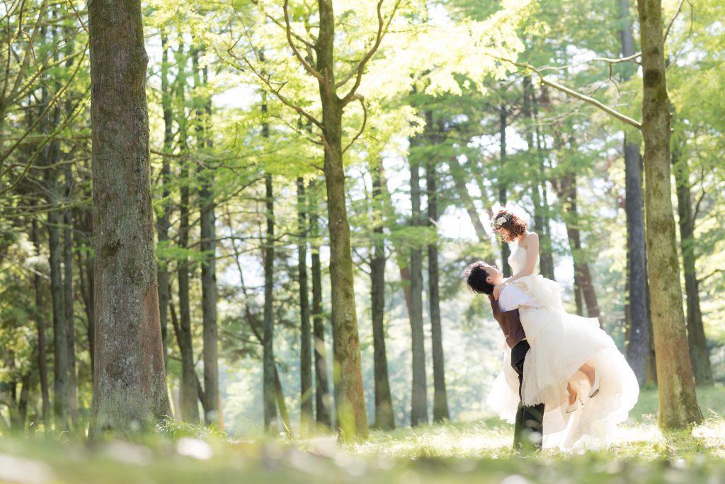 白ドレス、新緑、森、の前撮りフォト