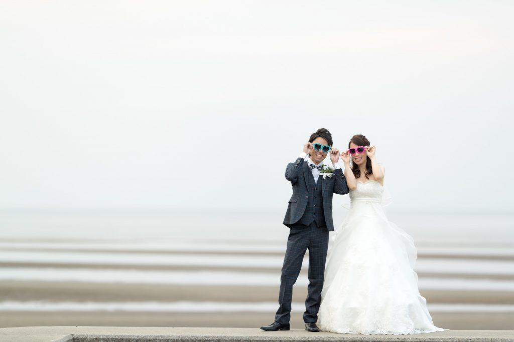 白ドレス、撮影小物、海、の前撮りフォト
