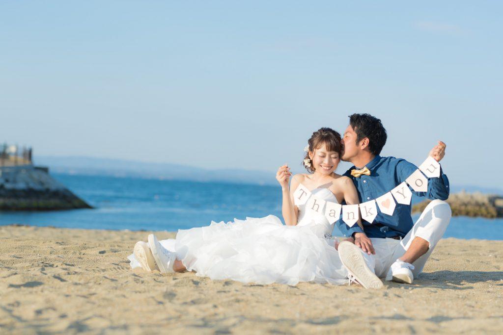 白ドレス、撮影小物、青空、海、の前撮りフォト