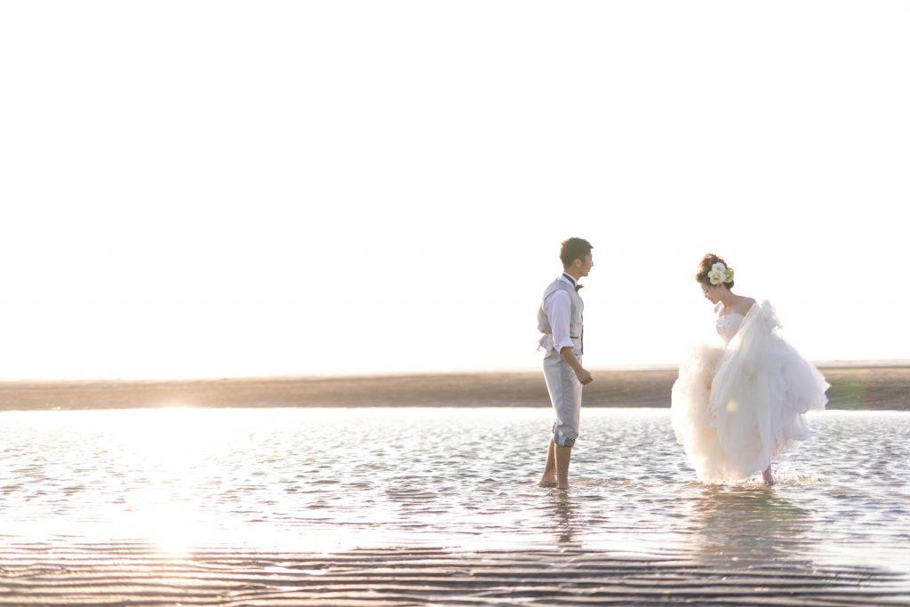 白ドレス、夕日、夕焼け、海、の前撮りフォト