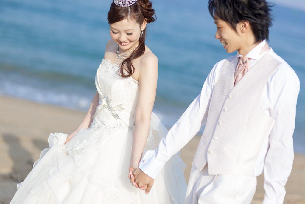 白ドレス、海、の前撮りフォト