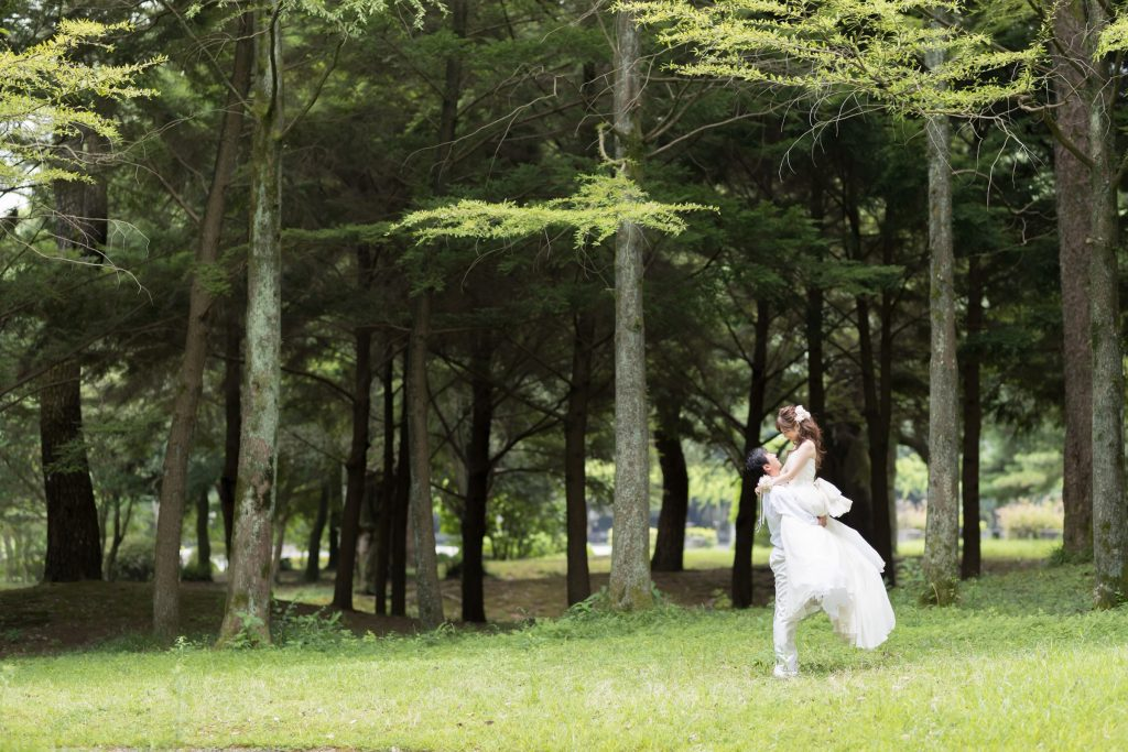 白ドレス、森、の前撮りフォト