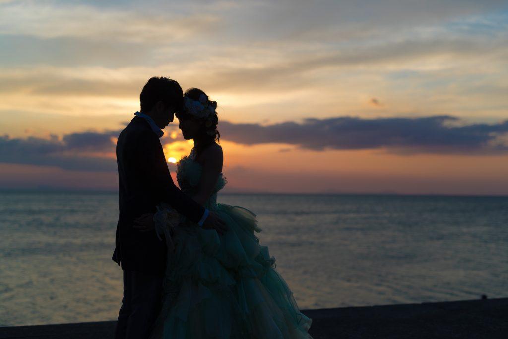カクテルドレス、夕日、夕焼け、海、シルエット、の前撮りフォト