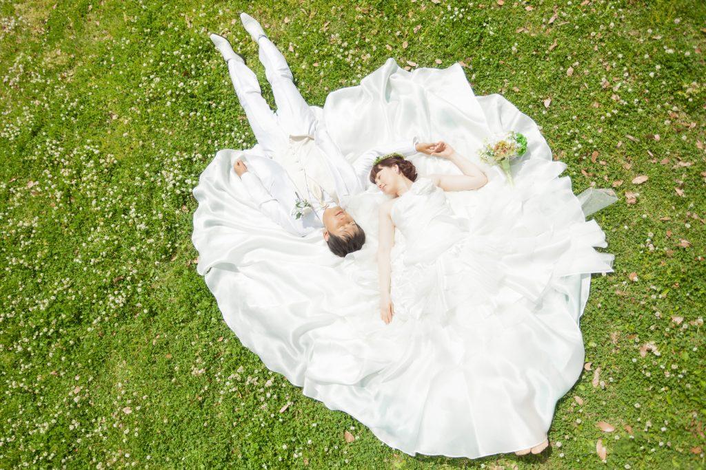 白ドレス、花、新緑、の前撮りフォト