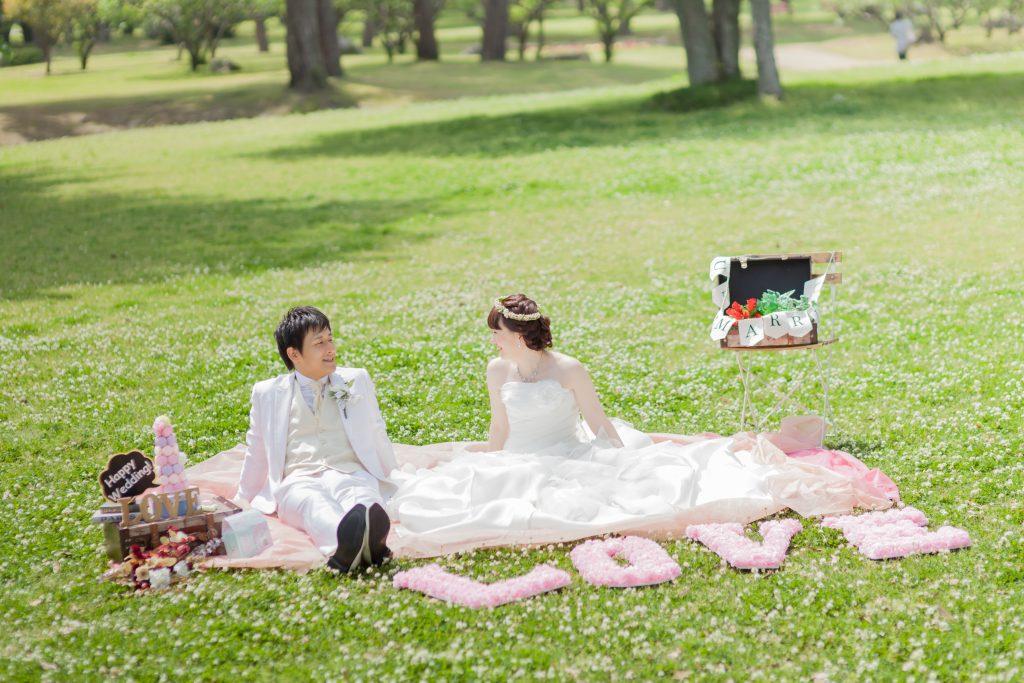 白ドレス、撮影小物、花、新緑、の前撮りフォト
