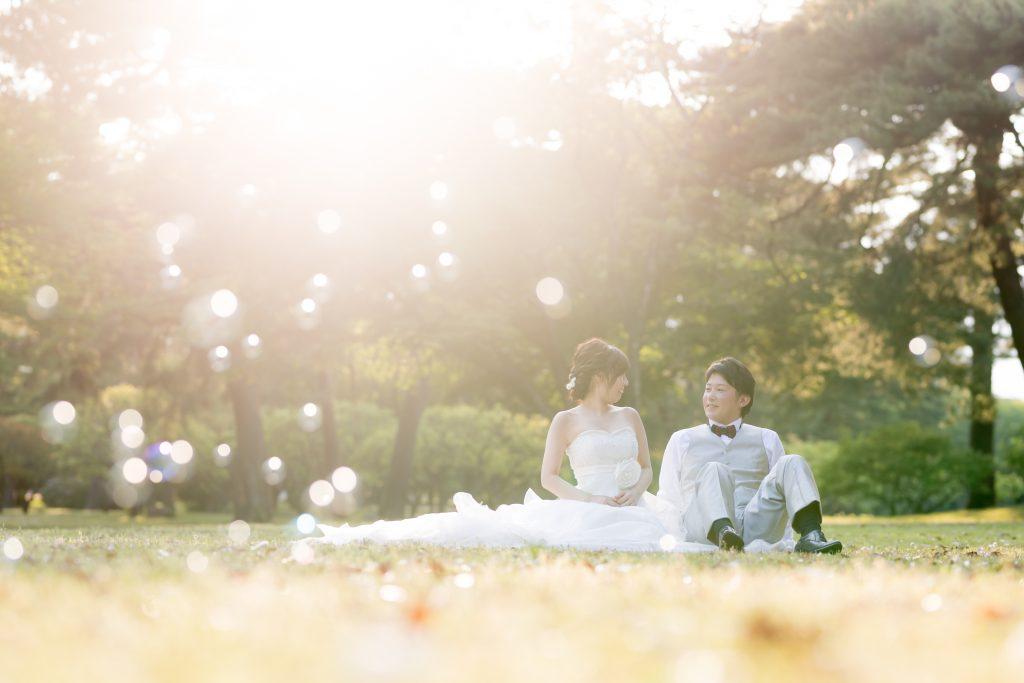 白ドレス、撮影小物、森、新緑、の前撮りフォト