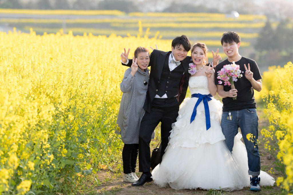 白ドレス、花、家族、オフショット、の前撮りフォト