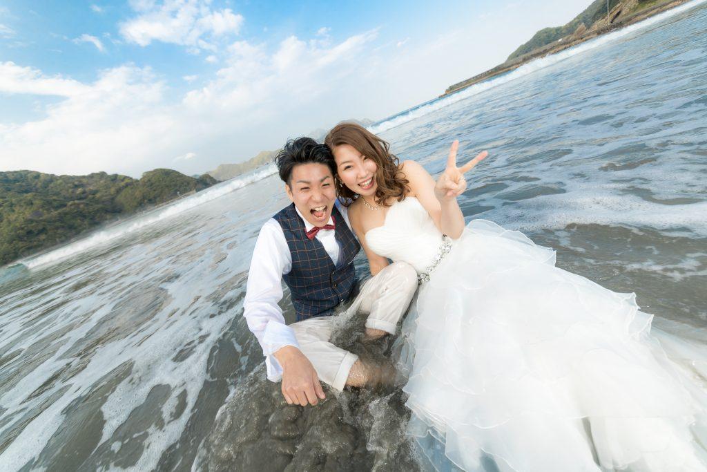 白ドレス、青空、海、の前撮りフォト