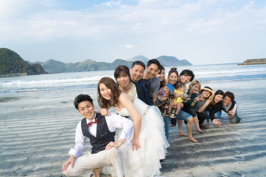 白ドレス、青空、海、家族、集合写真、オフショット、の前撮りフォト